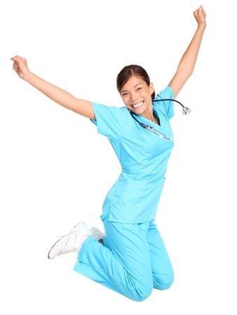 donna entusiasta: Infermiera donna felice, felice e salta. Femmina infermiera o un giovane professionista medico  studente saltando di gioia. Isolato su sfondo bianco.
