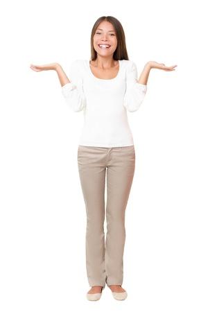 confus: Femme confondue hausser wondering avec palmes ouverts. Belle Dame asiatique permanent de fond blanc isol�e. Multi ethnique caucasien asiatique girl dans sa vingtaine