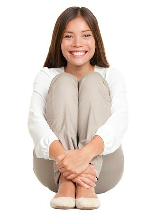 frau sitzt am boden: Beautiful young Woman sitzen auf dem Boden in voller L�nge. Isolated on white Background. Mixed Race Caucasian asiatischen female Model. Lizenzfreie Bilder