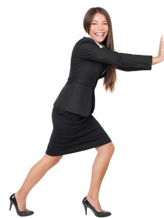 empujando: Mujer empujando o apoyado en la pared. Hermosa mujer asi�tica sonriente aislado sobre fondo blanco en longitud completa.