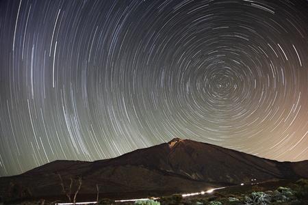 exposición: Estrellas. Sendero estrella cielo nocturno sobre Teide, Tenerife. 65 min larga exposici�n de una notable estrella claro cielo con Teide en la escena. Principios de la primavera. Foto de archivo