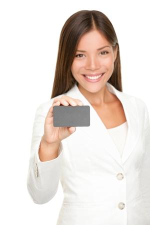 Femme montrant carte d'affaires souriant en costume blanc isolé sur fond blanc. Belle jeune professionnel d'affaires Asiatique Caucasien