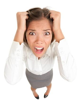 Estrés. Mujer de negocios había frustrado y subrayó tirando de su cabello. Divertida imagen de joven empresaria de Asia caucásica Foto de archivo