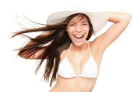 beach babe: Donna bikini estate isolata in studio. Molto energico fresco ritratto di giovane donna sorridente nel cappello bianco bikini e spiaggia. Bella razza mista asiatica indoeuropeo modello isolato su sfondo bianco.