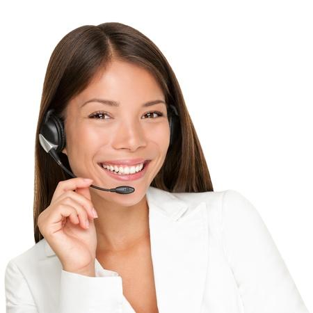 servicio al cliente: Auricular. Mujer de operador de servicio al cliente con auriculares sonrientes mirando la c�mara. Bella mestiza asi�ticos cauc�sica llaman mujer Centro aislada sobre fondo blanco. Foto de archivo