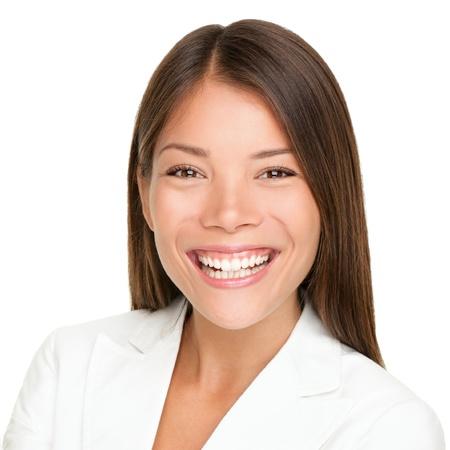 Lächelndes Porträt der ethnischen Frau. Abschluss oben der schönen Mischrasse Asiatische kaukasische Geschäftsfrau mit dem frohen toothy Lächeln getrennt auf weißem Hintergrund.