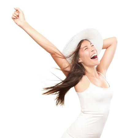 donna entusiasta: Felicit�. Felice donna estate isolato in studio. Energico fresco ritratto di giovane donna eccitato tifo indossando il cappello di spiaggia. Bella razza mista asiatica indoeuropeo modello isolato su sfondo bianco.