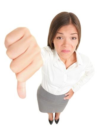 Duim omlaag vrouw ongelukkig en negatieve afkeuring hand teken geven. Gemengd ras Aziatische Kaukasische jonge zakenvrouw geïsoleerd in volledige lichaam op witte achtergrond. Stockfoto