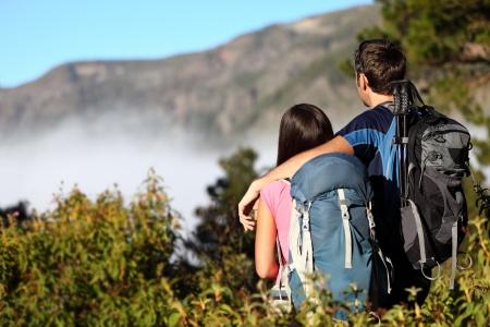 テネリフェ島、カナリア諸島、スペインの森でのハイキング中に表示を見てハイキングのカップル 写真素材