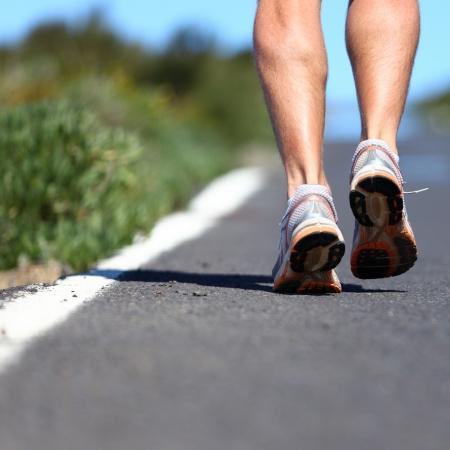 Laufschuhe unterwegs - close up of Läufer Beine, Füße und Laufschuhe mit viel textfreiraum