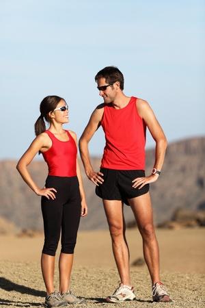 hombres haciendo ejercicio: Pareja de corredor en la naturaleza, tomando un descanso despu�s de ejecutar el desierto paisaje de monta�a.