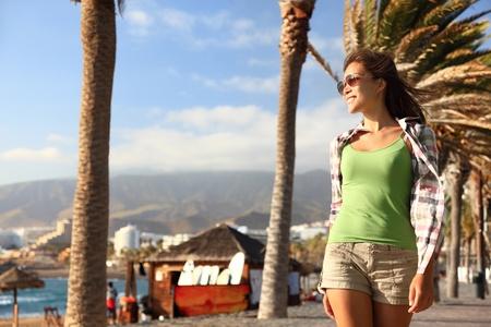 kanarienvogel: M�dchen genie�en ihren Spaziergang in Strandn�he