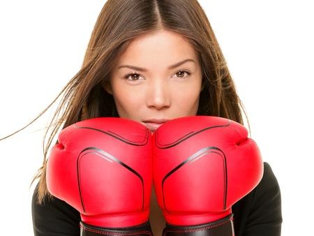 guantes de boxeo: Empresaria con guantes de boxeo dispuestos a luchar. Imagen concepto de fuerza, potencia o competencia de raza mixta joven bella mujer de negocios chinos de Asia  cauc�sica aislada sobre fondo blanco.