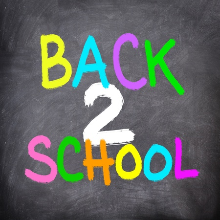 objetos escolares: Vuelta a la pizarra de la escuela  pizarra. Junta de tiza colorido volver escribir a la escuela en varios colores.