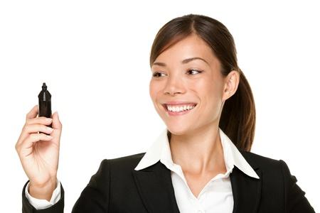 businesswoman suit: mujer de negocios por escrito con la pluma en la pantalla virtual, con copia espacio para texto o de dise�o. Hermosa joven sonriente de Asia  cauc�sico profesional aisladas sobre fondo blanco.