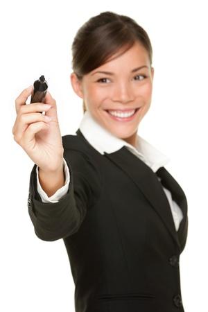 Business-Frau, die auf virtuellen Bildschirm mit schwarzen Filzstift Schreiben. Junge professionelle Lächeln tragen Anzug. Chinesische asiatische / Caucasian geschäftsfrau isolated on white Background. Standard-Bild - 10283040