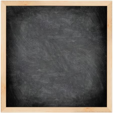 lavagna: Lavagna lavagna con telaio isolato. Gessetto nero scheda trama vuoto vuoto con le tracce di gesso e cornice in legno. Piazza.