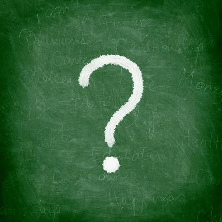 signo de interrogacion: Signo de interrogación en la pizarra verde  pizarra. Tiza de Niza y la textura.
