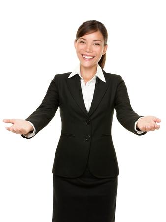 gestos: mujer de negocios gesto de bienvenida sonriendo amable y acogedor aisladas sobre fondo blanco. Hermosa mestiza Asi�tico Cauc�sico modelo de negocios. Foto de archivo