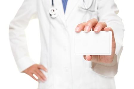 doctores: M�dico mostrando signos de tarjeta de presentaci�n, en blanco con espacio de copiar texto o dise�o. Profesional m�dico mujer aislada sobre fondo blanco