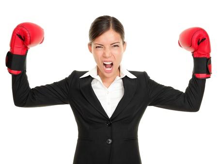 mujer enojada: Guantes de boxeo negocios mujer enfadada - concepto de negocio mostrando a agresivo empresario femenina flexionar los músculos con guantes de boxeo aisladas sobre fondo blanco. Loca empresaria multirracial.