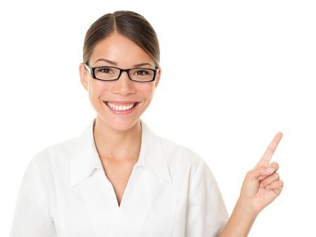 Optyk kobieta, wskazując i pokazując na sobie okulary. Koncepcja Okulary z mulitracial azjatyckich / Kaukaski modelki na białym tle.