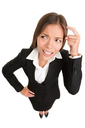 donna pensiero: Pensare la gente. Donna d'affari chiedendo divertente cercando di riflettere parte qualcosa mentre grattarsi la testa. Veduta dall'alto di razza caucasica misti  imprenditrice cinese asiatico isolato su sfondo bianco. Archivio Fotografico