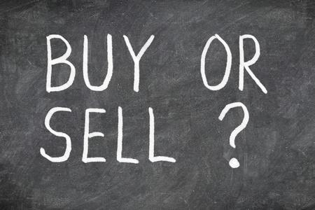 Comprar o vender la pregunta en la pizarra. Compra o venta de signo de interrogación. Finanzas, economía, acción o concepto de bienes raíces - la hora de comprar o vender Foto de archivo