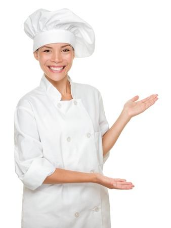 Koken of chef-kok tonen en presenteren. Vrouw chef-kok geïsoleerd op een witte achtergrond. Multiculturele Kaukasische Aziatische model.