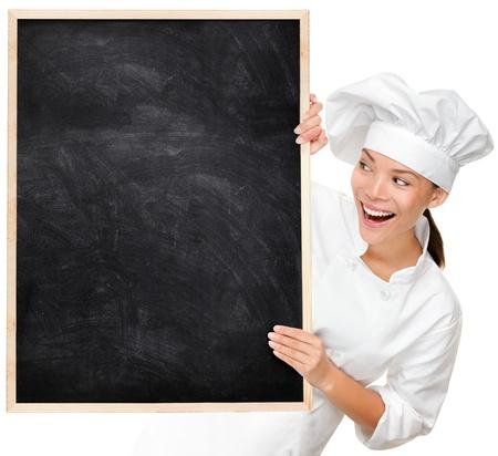 panadero: Chef pizarra en blanco que muestra signos de menú. Mujer busca cocinero o el panadero feliz y emocionado con uniforme chef. Multicultural Asiático Caucásico cocinera joven aislado en fondo blanco.