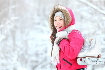 patinaje: mujer de hielo de invierno de patinaje de hielo al aire libre la celebración de los patines en la nieve. Hermosa joven de raza mixta, chino, asiático  caucasian mujer
