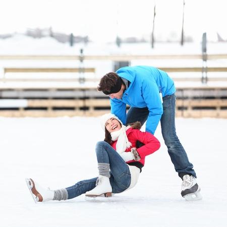 neige qui tombe: Patinage sur glace couple ayant plaisirs de l'hiver sur les patins à glace du Vieux-Port, Montréal, Québec, Canada.