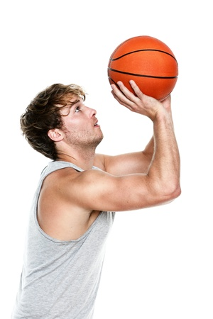canestro basket: Giocatore di basket tiro isolato su sfondo bianco. Muscoloso fit giovane caucasica idoneit� modello sportivo nel suo 20s.