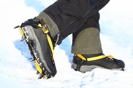 Crampons et chaussures de marche sur la glace et la neige pendant l'hiver en plein air. Trekking Gros plan. Banque d'images - 11841103