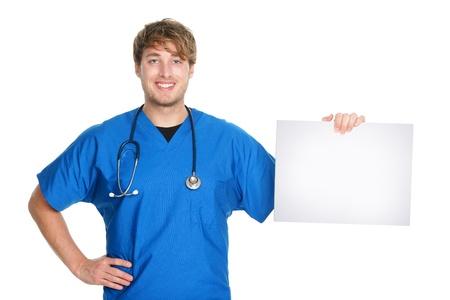 doctor verpleegster: Medische teken. Mannelijke arts  verpleegkundige laten zien en het bedrijf leeg wit papier bord met kopie ruimte voor tekst of bericht. Jonge medische professional blanke man op een witte achtergrond.