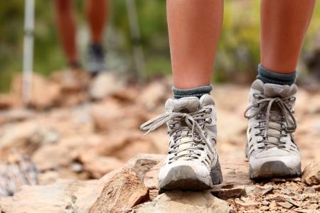 senderismo: Zapatos para caminar cerca outoors en alza - Zapatos de mujer. Excursionistas en el fondo
