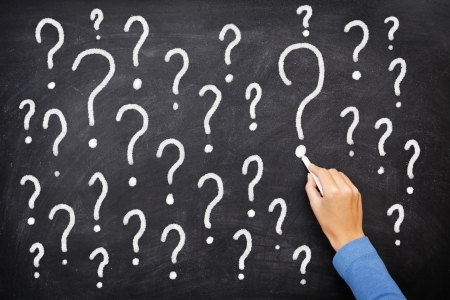 punto di domanda: Lavagna segno interrogativo. Punti interrogativi sulla lavagna. La decisione, confusione, FAQ o altro concetto. Scrittura a mano con il gesso sulla consiglio scolastico nero.