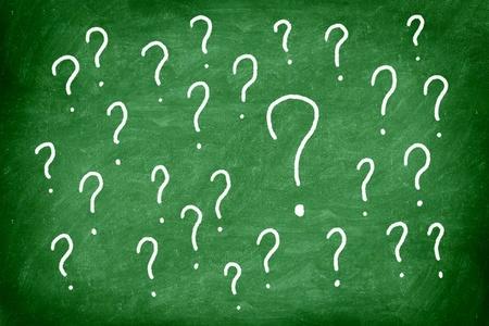 punto di domanda: Domande. Punto interrogativo sulla lavagna verde  lavagna. Archivio Fotografico