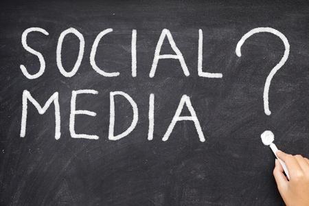 trabajo social: Los medios sociales signo de interrogaci�n. �C�mo podemos utilizar las redes de medios sociales? �Qu� son los medios sociales. Concepto de negocio Pizarra foto.
