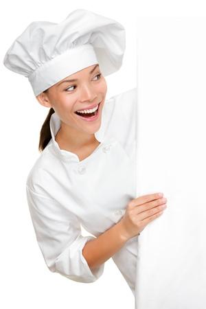 šéfkuchař: Mladá žena mnohonárodnostní kuchař kuchaři uniformě izolovaných na bílém pozadí.