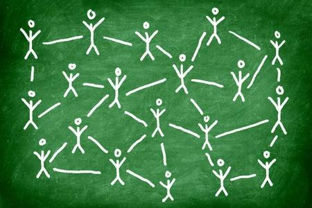 sozialarbeit: Social-Media-Netzwerk. Networking-Konzept Foto von Tafelkreide Zeichnung des Menschen verbunden.