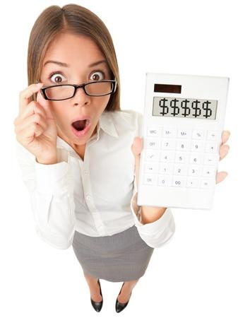 bookkeeping: Contador Mujer de negocios sorprendi� mostrando signos de d�lar en la calculadora. Super�vit, la deuda o la imagen de la crisis financiera concepto. Divertido mujer joven sorprendido aislados sobre fondo blanco en el �ngulo de visi�n de alta.