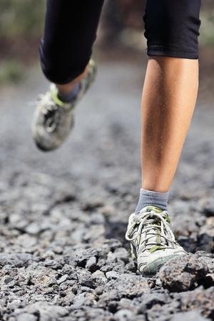 cross leg: Trail running mujer en el camino de la monta�a con los zapatos de las rocas en ejecuci�n y las piernas de close-up modelo femenino del deporte al aire libre durante el entrenamiento de fitness