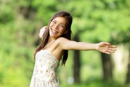 rozradostněný: Zdarma šťastná žena na jaře parku s úsměvem radostný v letních šatech. Svoboda, štěstí pojmový obraz s krásnou mnohonárodnostní kavkazský  čínský asijské dívky s rukama ven. Reklamní fotografie