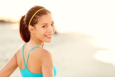 jog: Playa Fitness mujer feliz retrato corredor de Asia deportivo de descanso y sonriente despu�s de correr en el exterior de entrenamiento en el d�a soleado de verano Foto de archivo