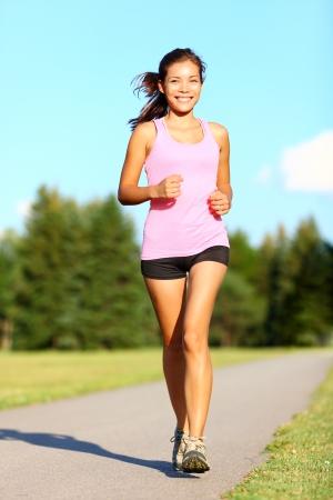 marcheur: Puissance de marche femme formation dans le parc. Beau modèle de remise en forme sportive pendant l'entraînement en plein air. Mixte race asiatique chinoise  Caucase fille.
