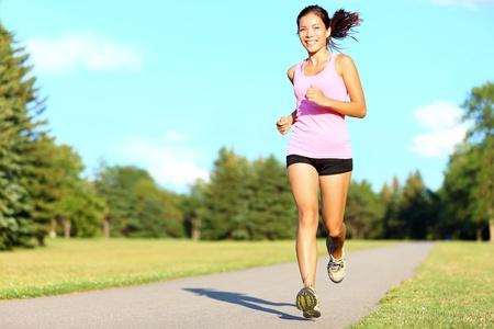 people jogging: El deporte fitness mujer corriendo en el parque el d�a de verano. Corredor de Asia mujer durante el entrenamiento al aire libre. El ajuste del modelo deportivo de fitness de origen �tnico mixto de Asia  cauc�sico.