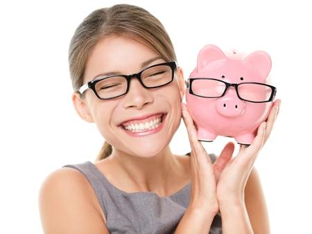 Brillen Designerbrillen Einsparungen Sparschwein Frau glücklich aufgeregt über Geld zu sparen Kauf Brille Junge schöne multirassischen kaukasischen chinesische asiatische Frau isoliert auf weißem Hintergrund