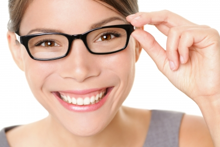occhiali da vista: Donna Occhiali occhiali tenendo, contento, mostrando i suoi nuovi occhiali sorridente su sfondo bianco Bella giovane multietnico cinese Asian modello femminile caucasica nei suoi vent'anni