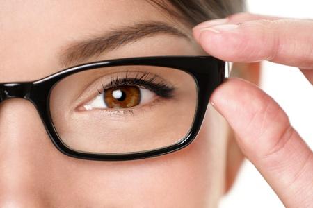eyes: Glazen brillen close-up van vrouw met bril montuur glimlachend gelukkig mooie jonge gemengd ras Kaukasische Aziatische Chinese vrouw draagt zwarte bril